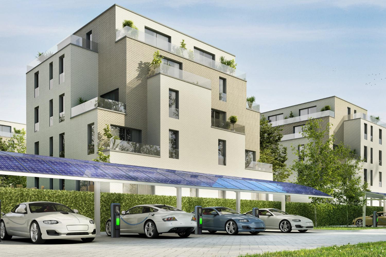 Parkplatz für Elektroautos in der Nähe von großen Wohngebäuden.